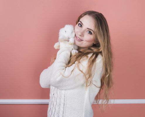 Frau mit einem Kaninchen